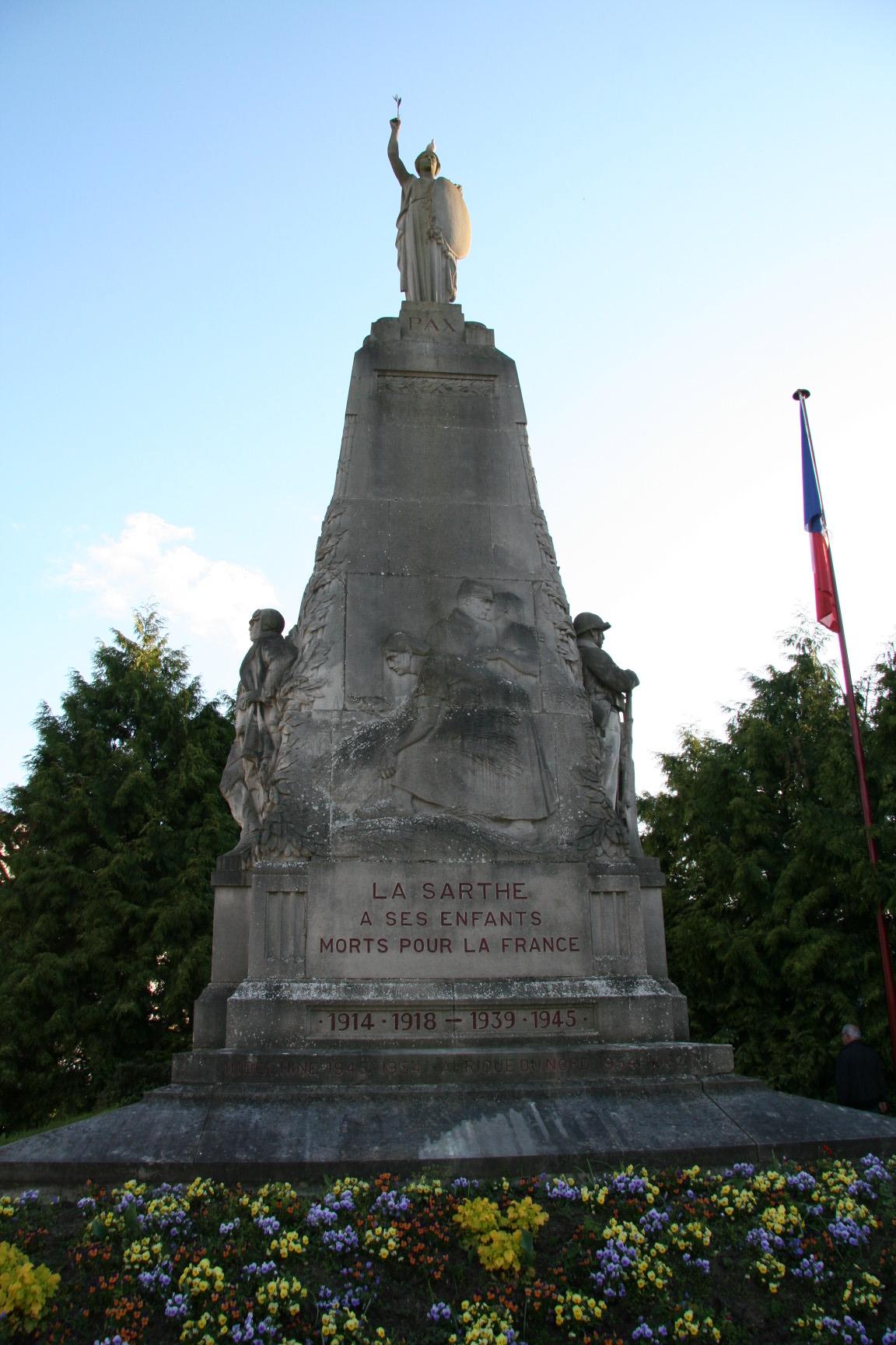 Le Mans en 2010 - Monument commémoratif - Avenue de la Libération - La Sarthe à ses enfants morts pour la France - Vue 01 (Sylvie Leveau)