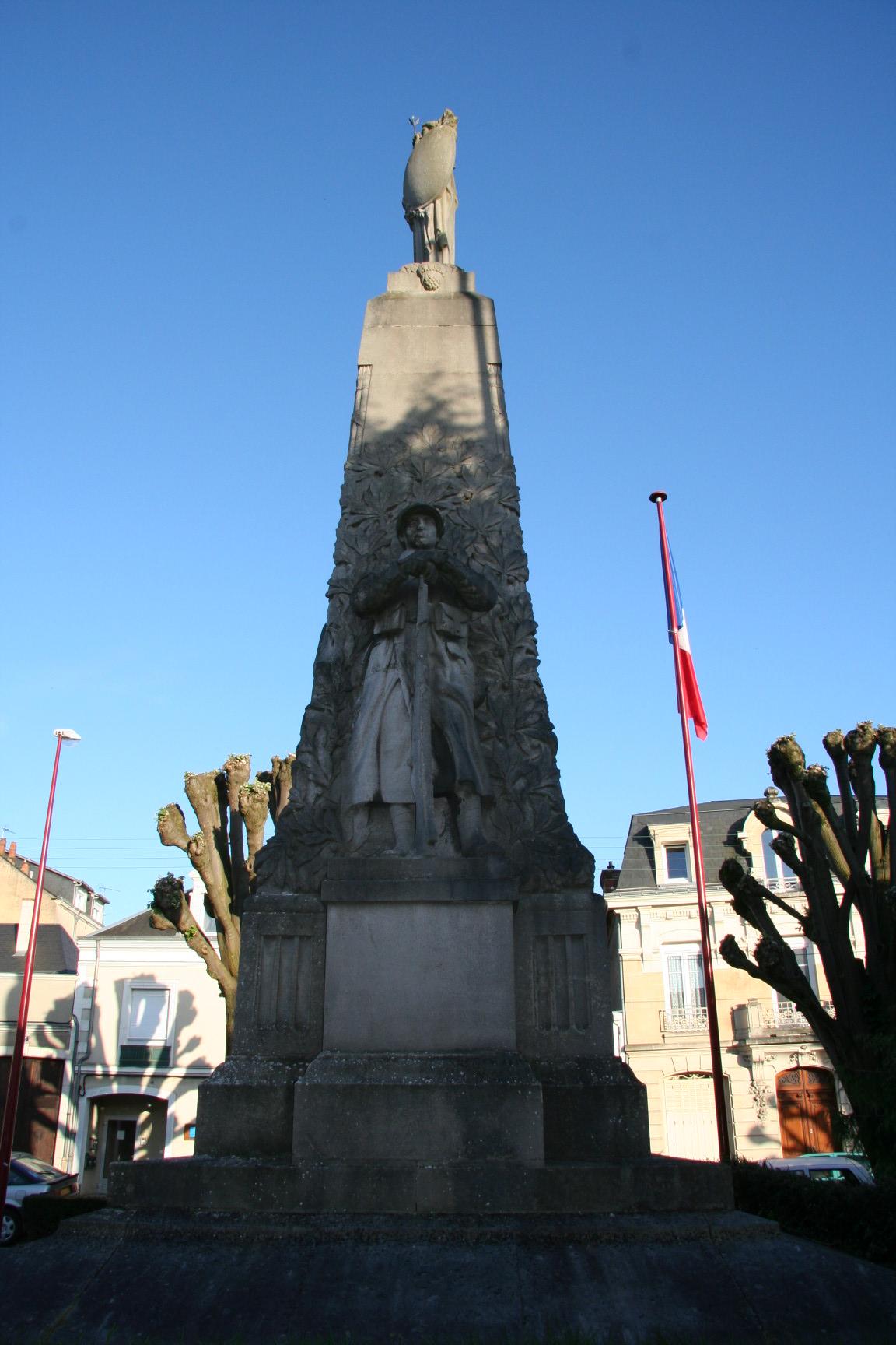 Le Mans en 2010 - Monument commémoratif - Avenue de la Libération - La Sarthe à ses enfants morts pour la France - Vue 04 (Sylvie Leveau)