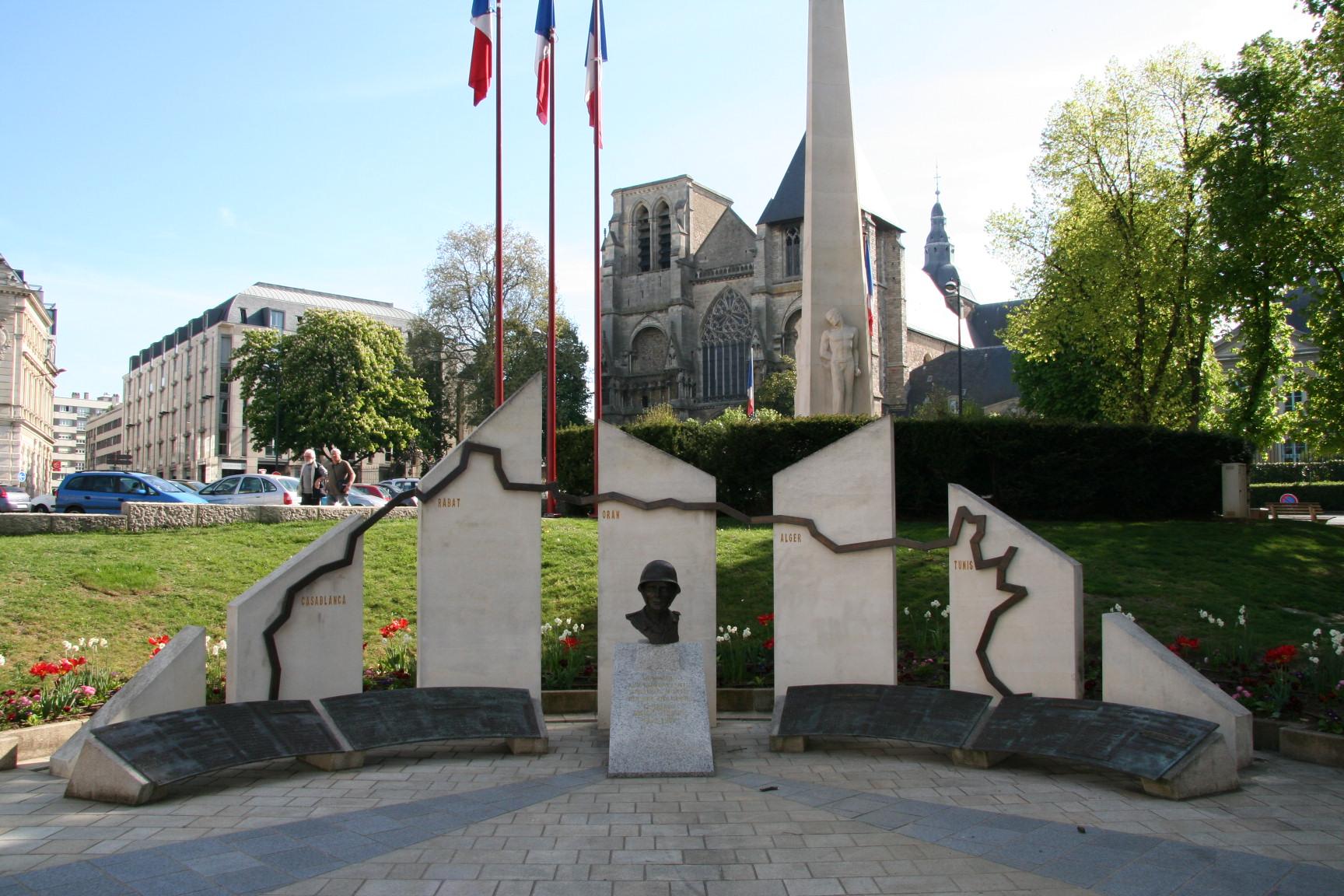 Le Mans en 2010 - Monument commémoratif - Place Aristide Briand - Hommage aux combattants sarthois morts - Guerre d'Algérie, Combats Maroc et Tunisie - Vue 01 (Sylvie Leveau)