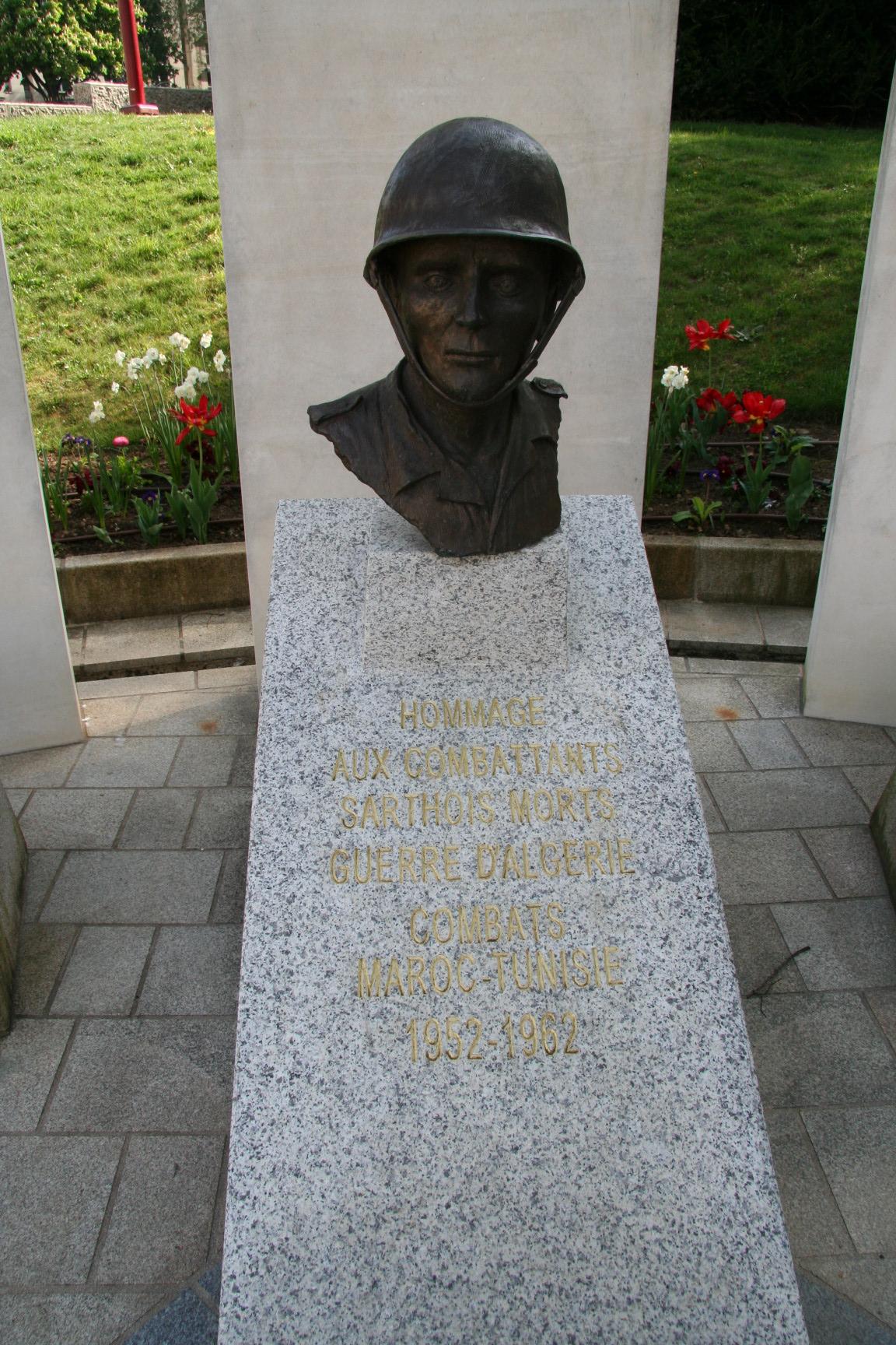 Le Mans en 2010 - Monument commémoratif - Place Aristide Briand - Hommage aux combattants sarthois morts - Guerre d'Algérie, Combats Maroc et Tunisie - Vue 02 (Sylvie Leveau)
