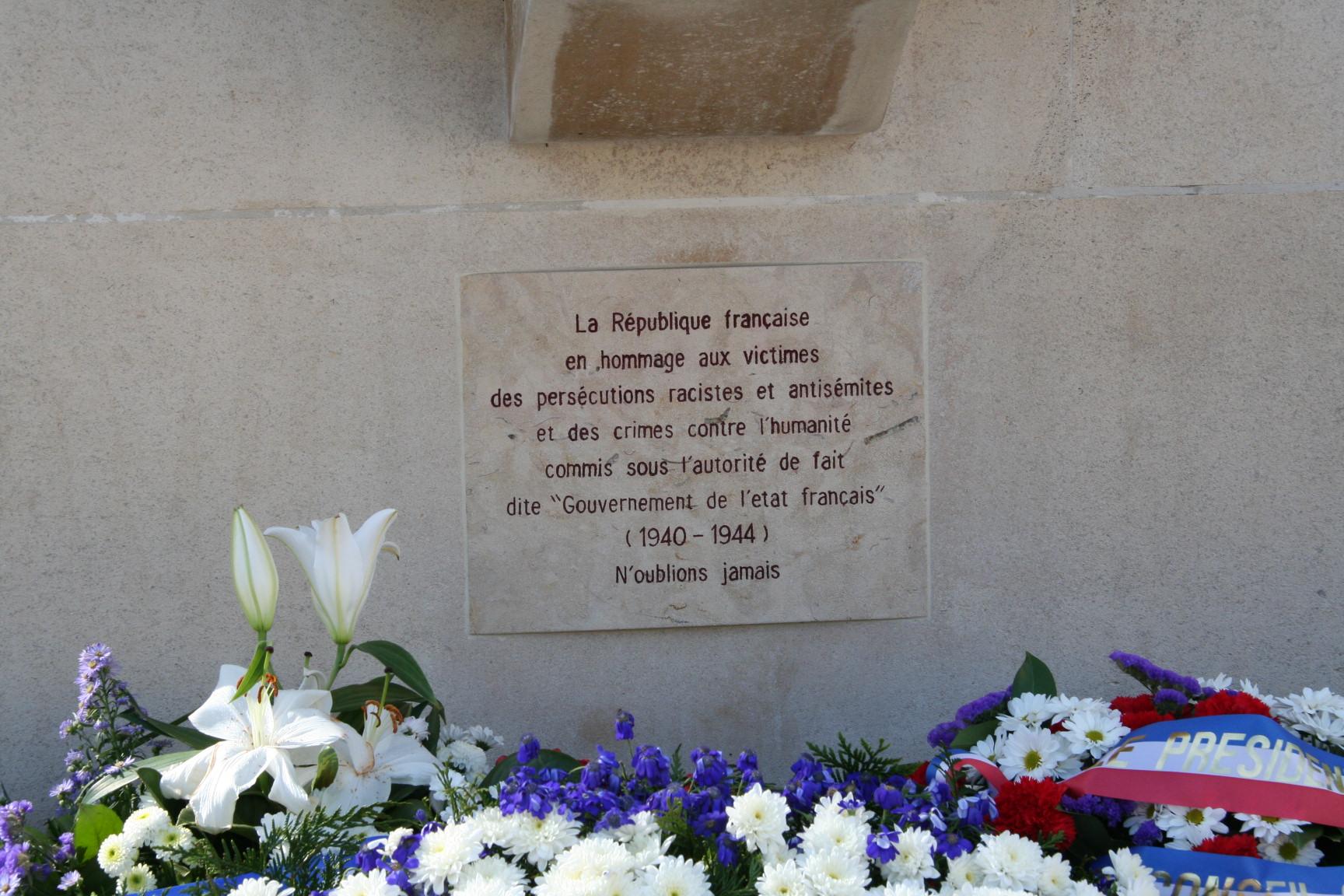 Le Mans en 2010 - Monument commémoratif - Place Aristide Briand - La Sarthe reconnaissante aux martyrs - Vue 02 (Sylvie Leveau)