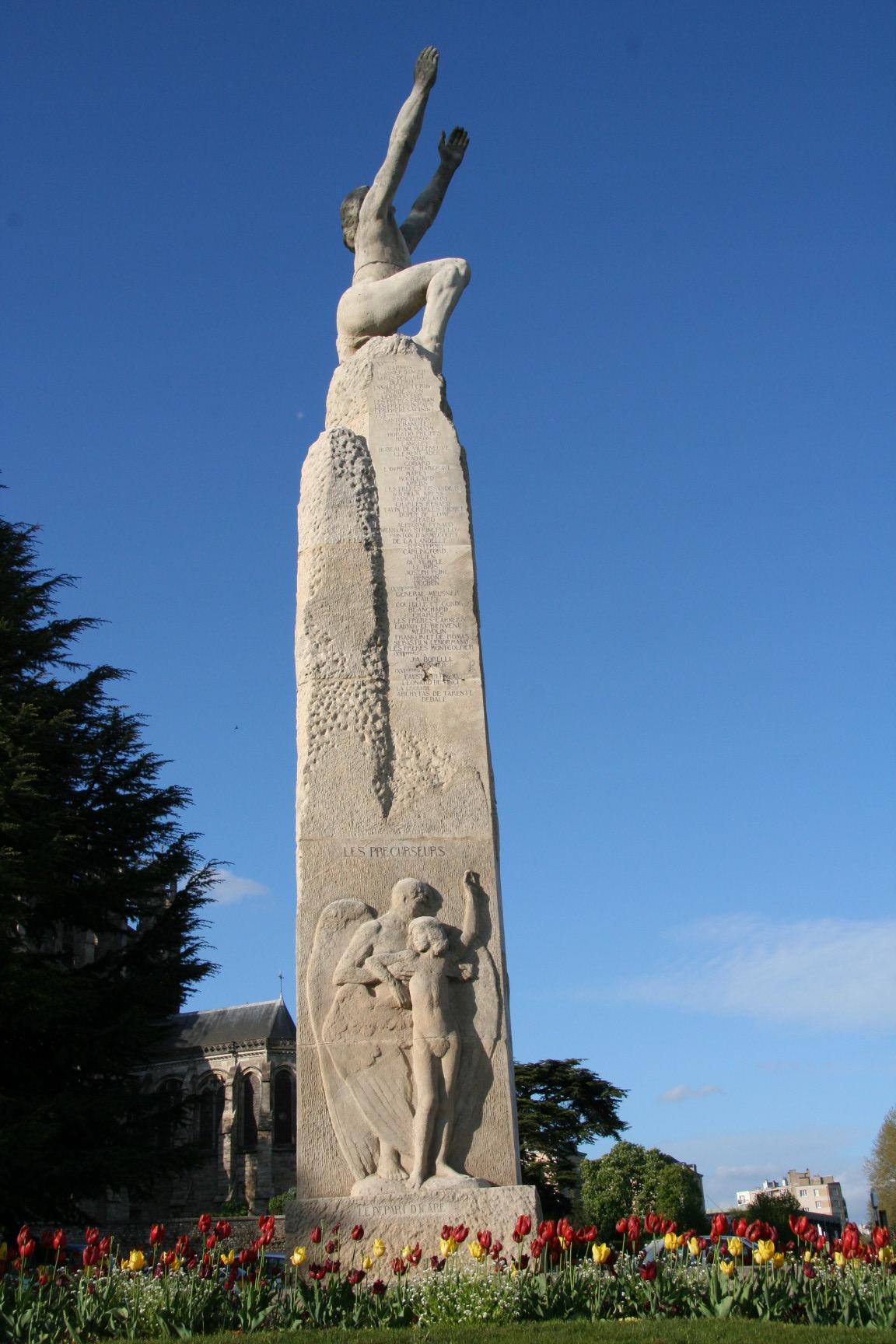 Le Mans en 2010 - Statue - Rue Wilbur Wright - Statue représentant le vol d'Icare en hommage à Wilbur Wright - Vue 01 (Sylvie Leveau)