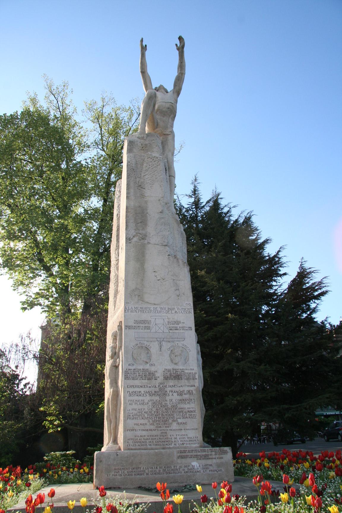 Le Mans en 2010 - Statue - Rue Wilbur Wright - Statue représentant le vol d'Icare en hommage à Wilbur Wright - Vue 02 (Sylvie Leveau)