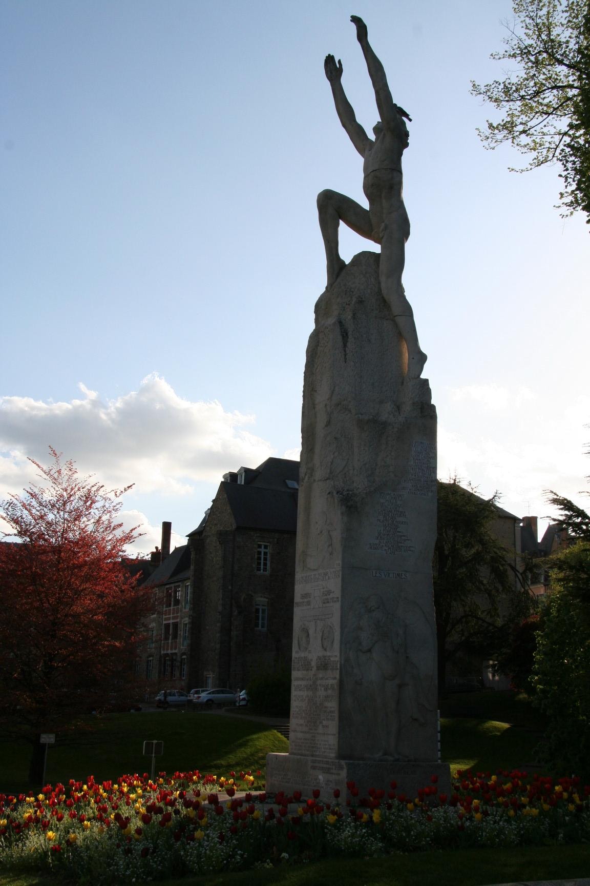 Le Mans en 2010 - Statue - Rue Wilbur Wright - Statue représentant le vol d'Icare en hommage à Wilbur Wright - Vue 03 (Sylvie Leveau)