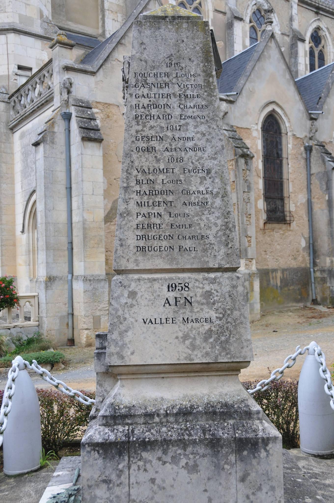 Montfort le Gesnois - Monfort le Rotrou jusqu'en 1985 - Monument commémoratif - La commune de Montfort le Rotrou à ses enfants morts pour la France 1914-1918 - Vue 03 (Romain Christopher Guillaume Lépine)