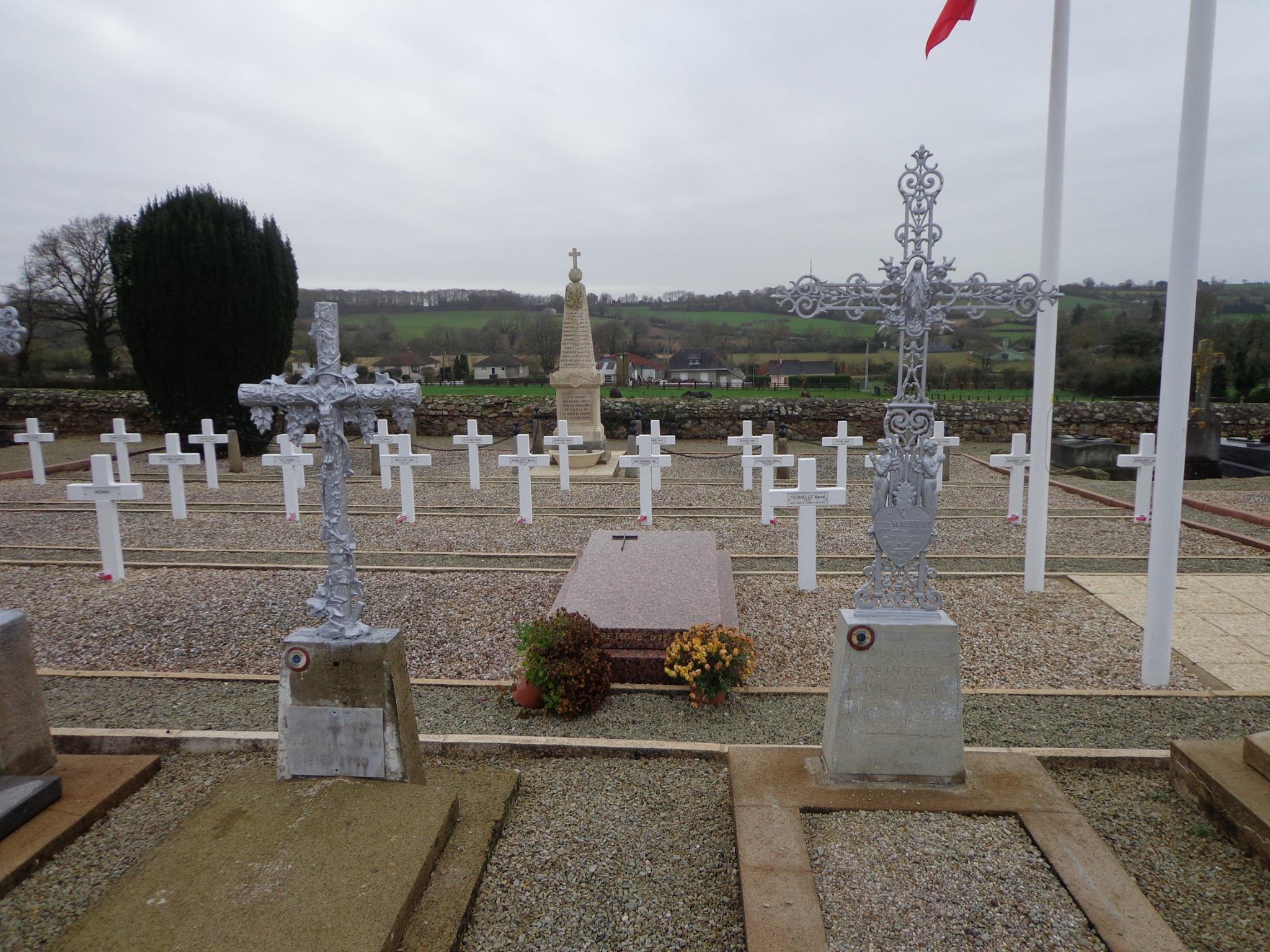 Sillé le Guillaume - Monument commémoratif - Monument aux morts et tombes des soldats (Marie-Yvonne Mersanne)