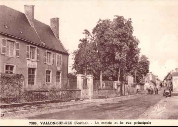Vallon sur Gée - La mairie et la rue principale