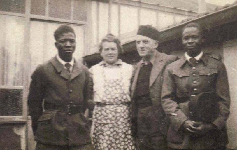 Champagné - Militaires - Guerre 1939-1945 - PIERCON Madeleine et Léon - Mon grand père - Avec deux sénégalais prisonniers au camp d'Auvours (Françoise Lebreton)