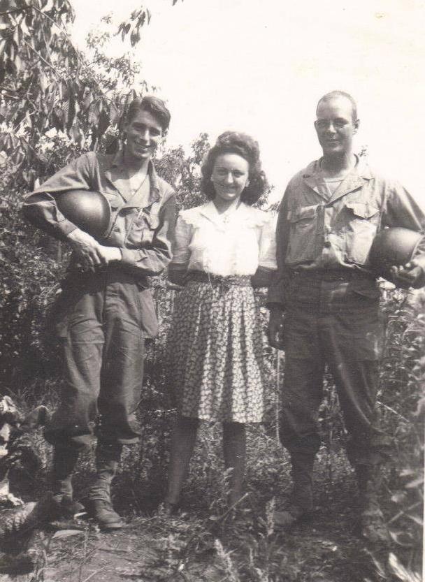Militaires - Guerre 1939-1945 - Américains posant avec une inconnue (Françoise Lebreton)