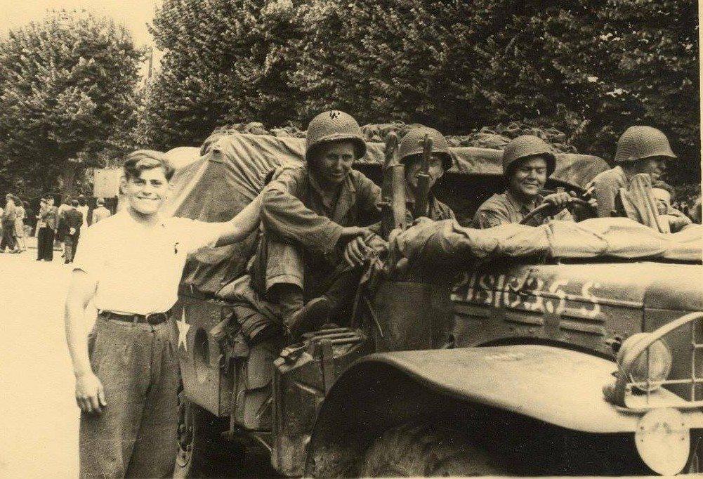 Militaires - Guerre 1939-1945 - LEBRETON Michel - Mon père - Avec le t-shirt blanc lors de la libération - Août 1944 (Françoise Lebreton)